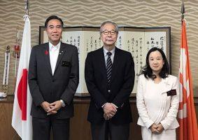 10月17日、中原JEI会長は、長野県を表敬訪問しました。阿部守一知事、中島恵理副知事と懇談し、長野県のエシカル条例づくりに協力するとともに、JEIへの正会員の加入をお願いしました。長野県は環境先進県だけでなく、エシカル消費に関しても徳島県、鳥取県といったエシカル先進県も参考になる取り組みを、阿部知事を先頭に展開していることが分かりました。また来年のG20環境相会合の開催県でもあり、長野県の取り組みを大いに期待したいところです。 (写真は阿部知事、中原JEI会長、中島副知事とのスナップ)